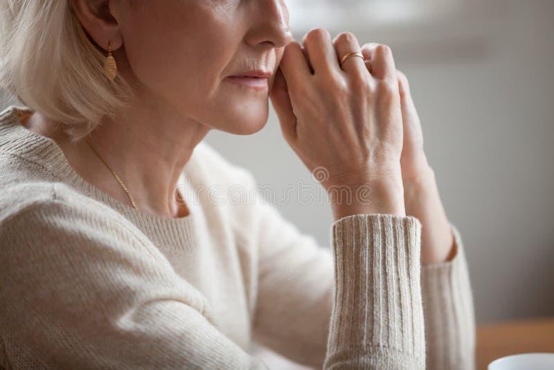 关闭观点的体贴的成熟妇女担心问题 免版税库存照片