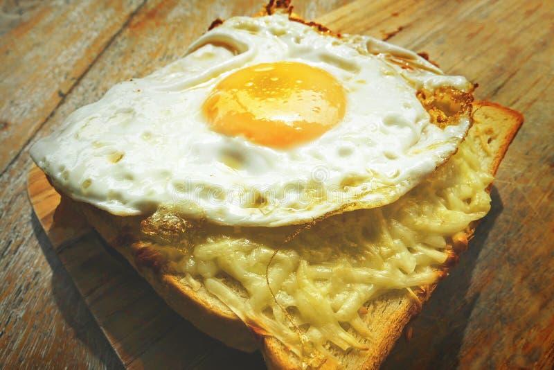 关闭观点的可口传统法国早餐三明治已知的和croque女士用多士面包和煎蛋在顶面fil 免版税库存图片