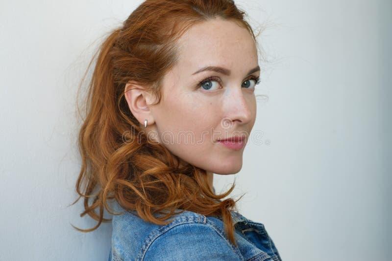 关闭观点的有姜头发和雀斑的美丽的白种人妇女 库存照片
