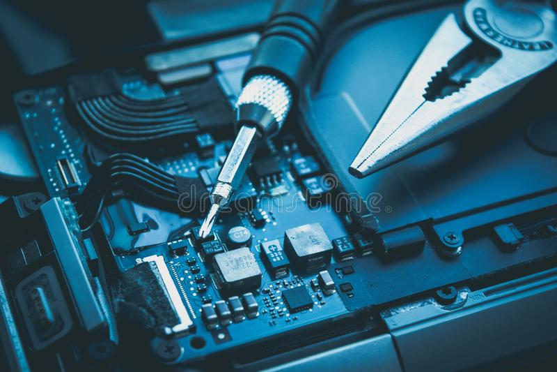 关闭计算机修理并且为维护服务 免版税库存照片
