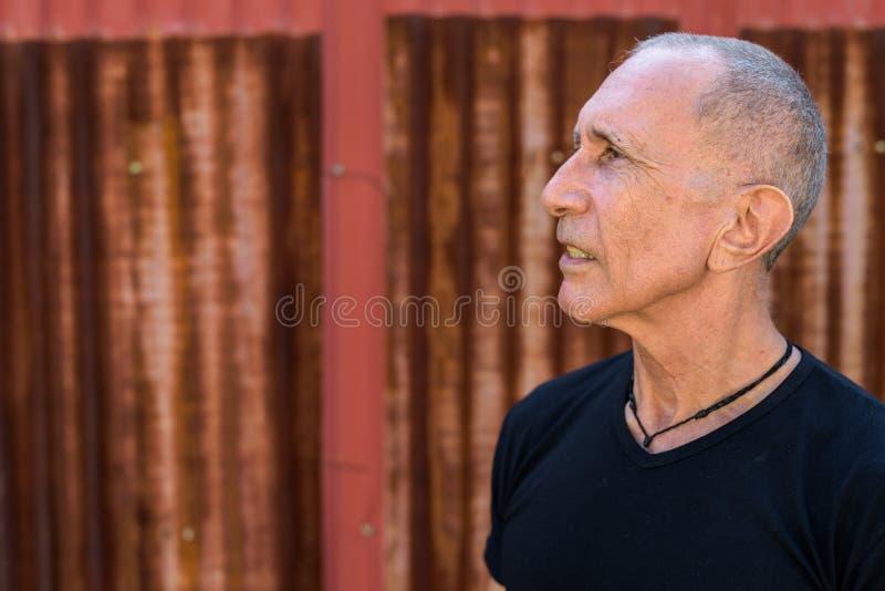 关闭认为反对老ru的外形观点的秃头老人 免版税图库摄影