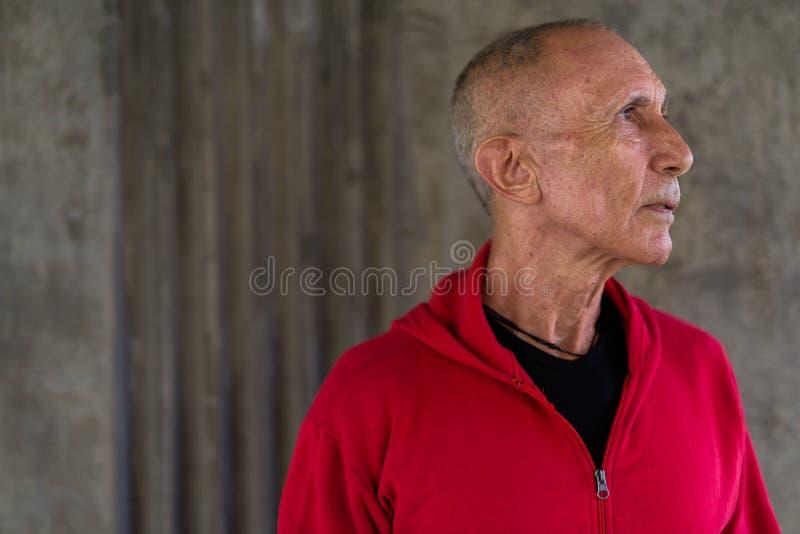 关闭认为外形观点的秃头的老人,当佩带时 库存照片