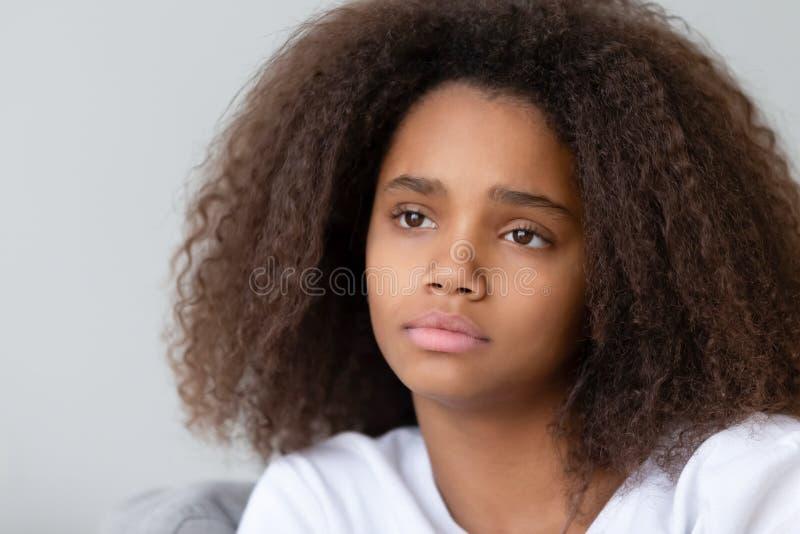 关闭让单独坐体贴的非裔美国人的十几岁的女孩烦恼 免版税库存照片