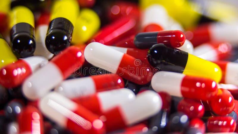 关闭许多不同的药片和片剂医学在白色背景 免版税库存图片