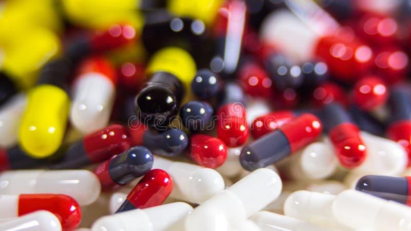 关闭许多不同的药片和片剂医学在白色背景 免版税图库摄影