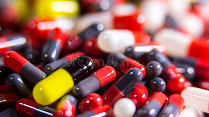 关闭许多不同的药片和片剂医学在白色背景 免版税库存照片