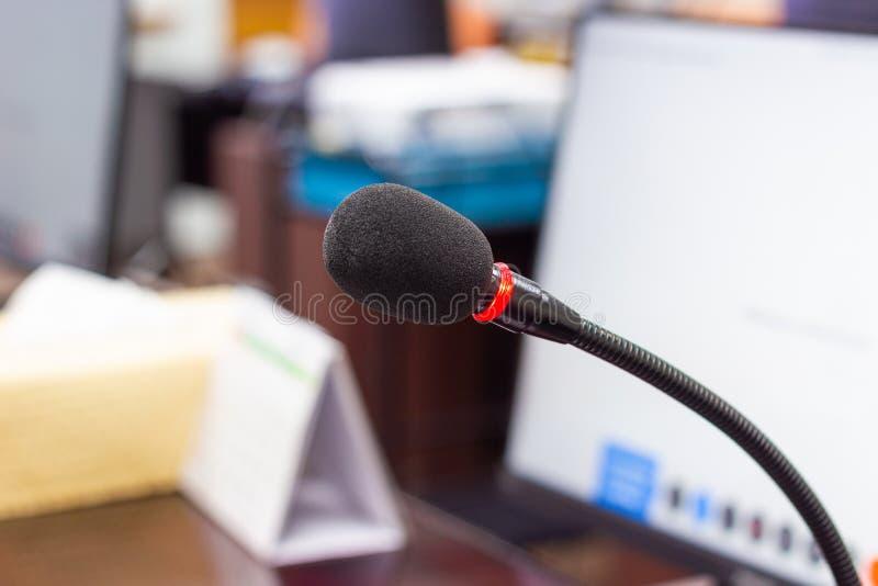 关闭话筒在会议室 免版税库存图片