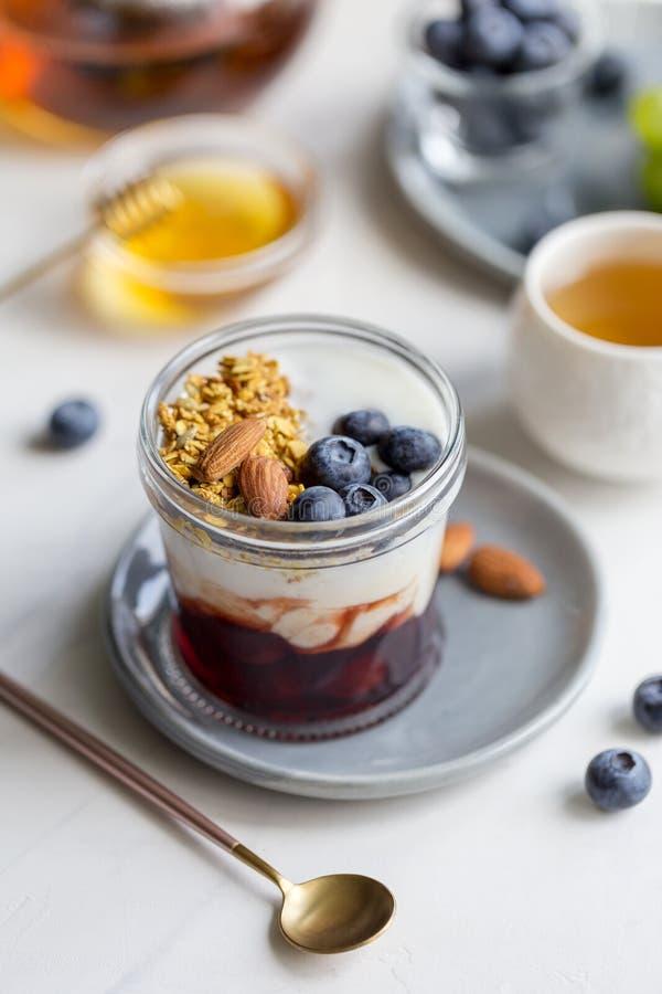 关闭谷物用蓝莓和杏仁 库存照片