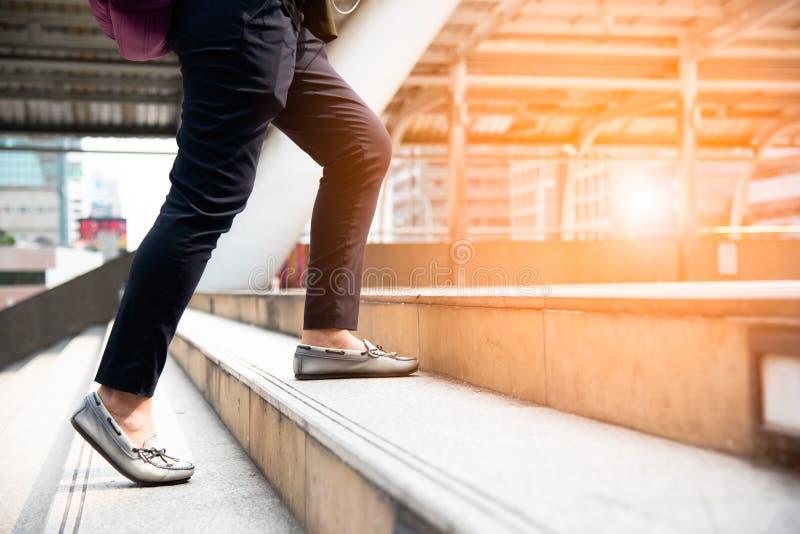 关闭走台阶的妇女腿在城市 的事务 免版税图库摄影