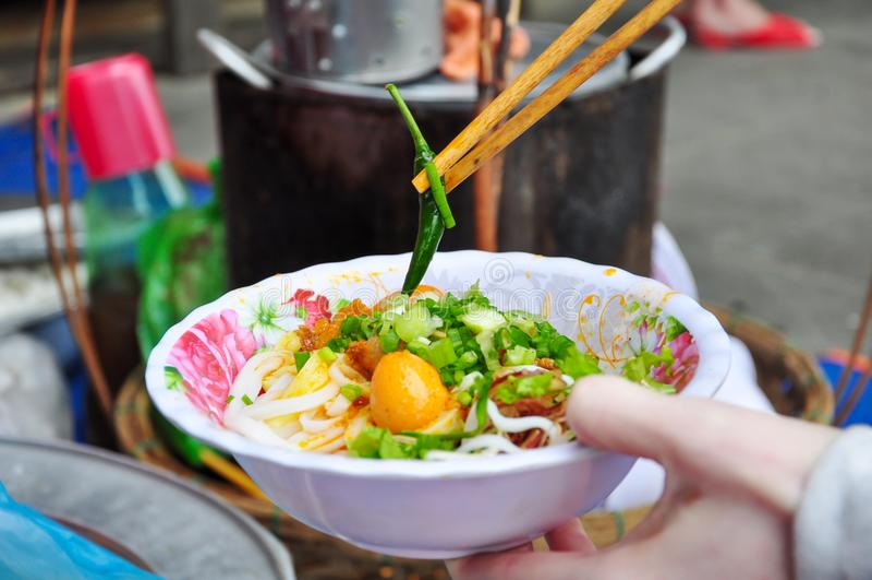 关闭越南汤或Pho用新鲜的绿色辣椒 免版税库存图片