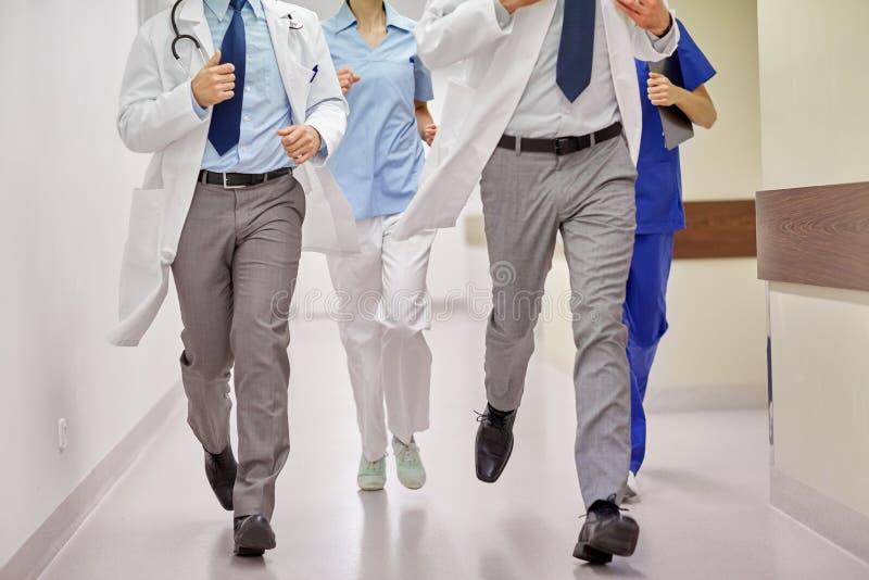 关闭跑在医院的军医或医生 免版税库存照片