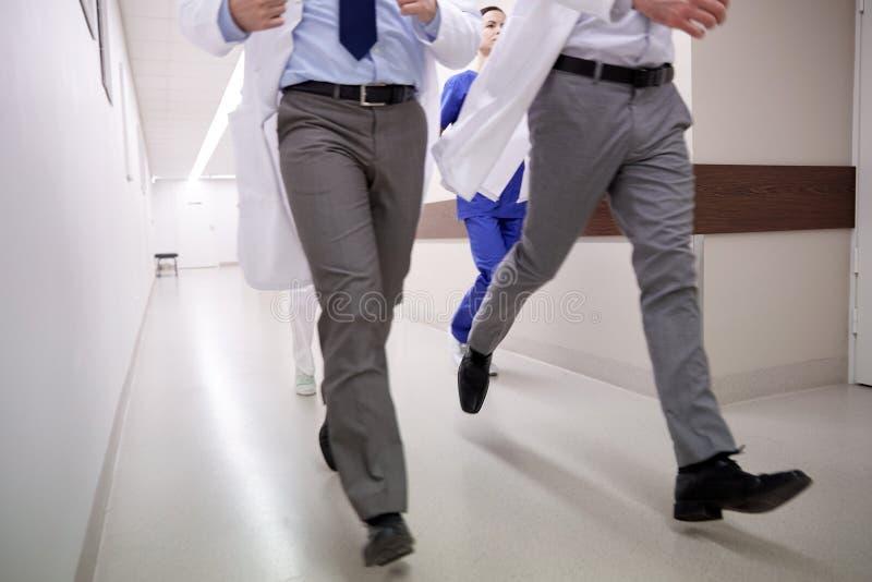 关闭跑在医院的军医或医生 图库摄影