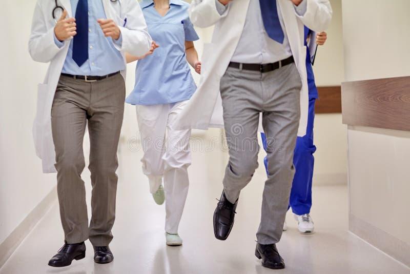 关闭跑在医院的军医或医生 免版税库存图片