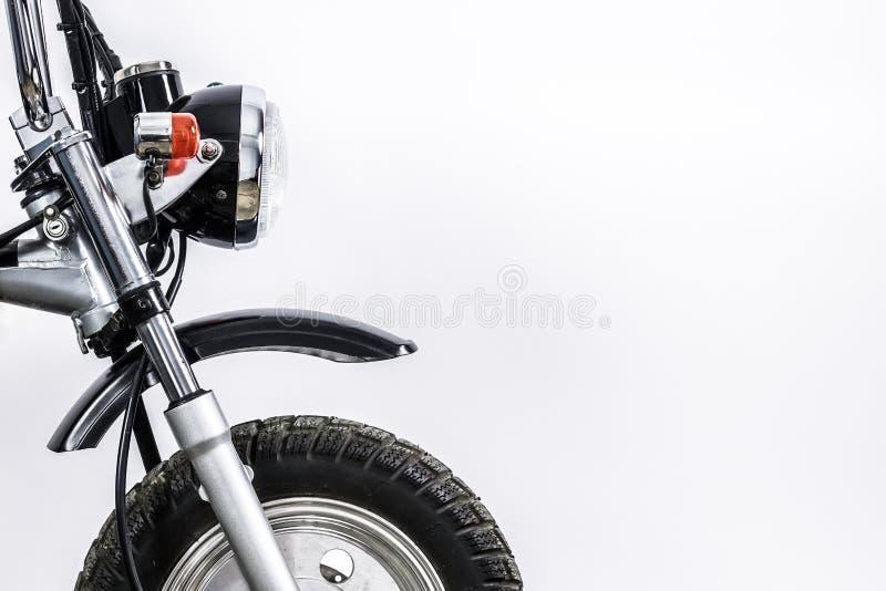 关闭车灯和前轮在葡萄酒摩托车 Cus 免版税库存照片