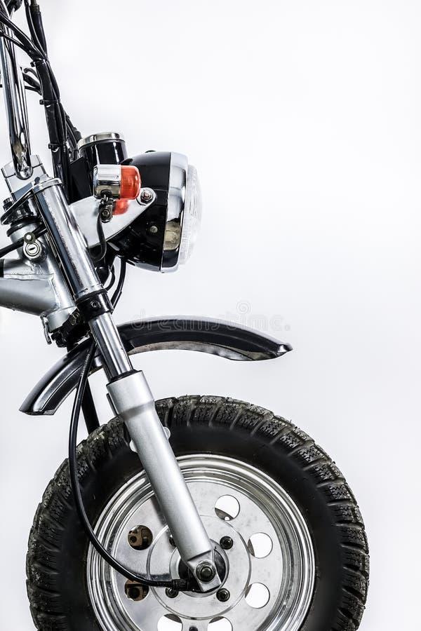 关闭车灯和前轮在葡萄酒摩托车 Cus 免版税库存图片