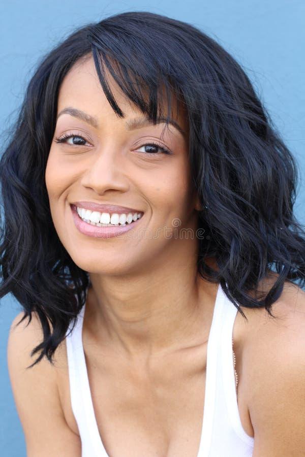 关闭软软地微笑一个年轻和可爱的非裔美国人的黑人妇女的秀丽的画象有完善的皮肤的, 免版税库存照片