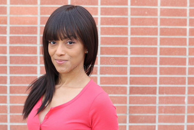 关闭软软地微笑一个年轻和可爱的非裔美国人的黑人妇女的秀丽的画象有完善的皮肤的, 免版税库存图片