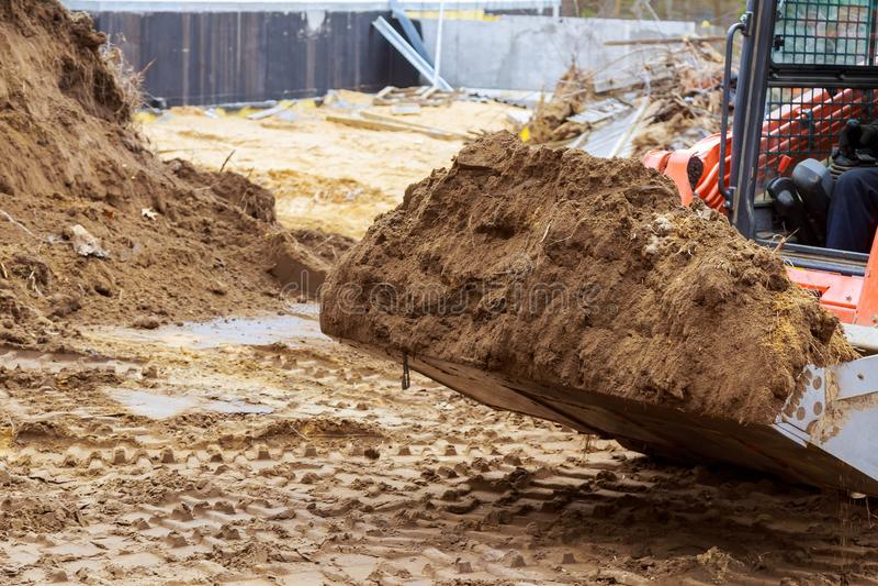 关闭运作在建造场所的工业挖掘机细节 免版税库存照片