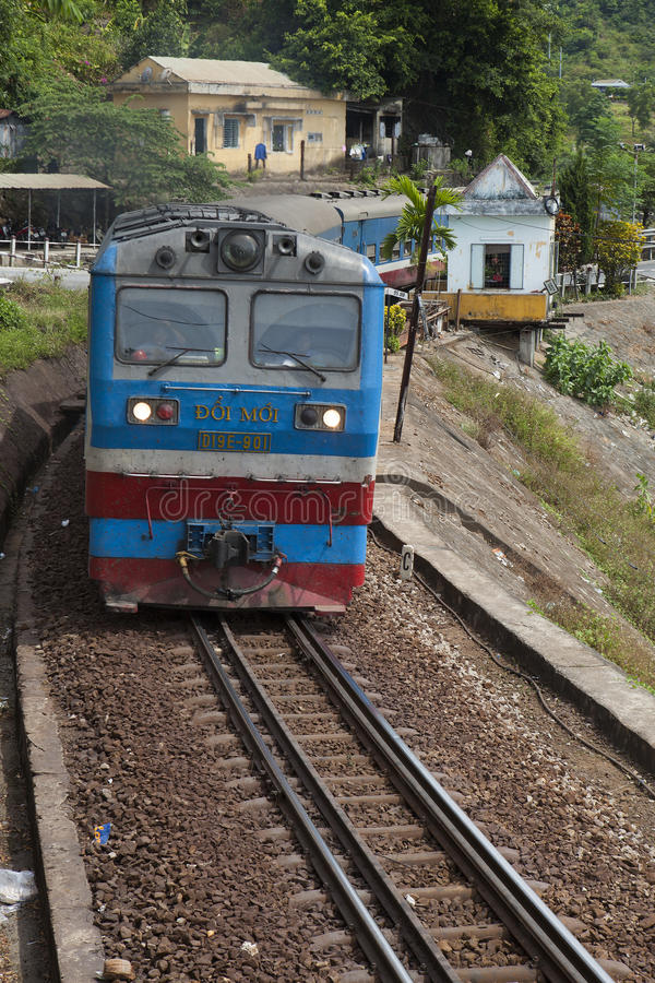 关闭运行在海氏范山口的铁路的火车在中央越南 免版税库存图片
