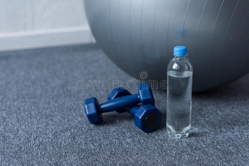 关闭适合球、哑铃和瓶水 免版税库存图片