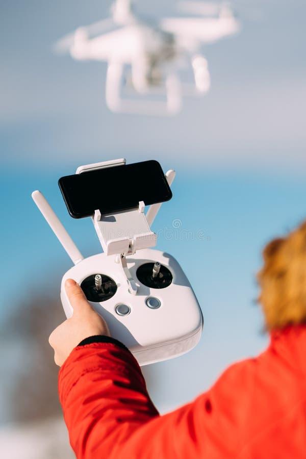 关闭遥控寄生虫的细节和在天空蔚蓝的白色寄生虫 人运行的寄生虫,驾驶术细节 库存照片