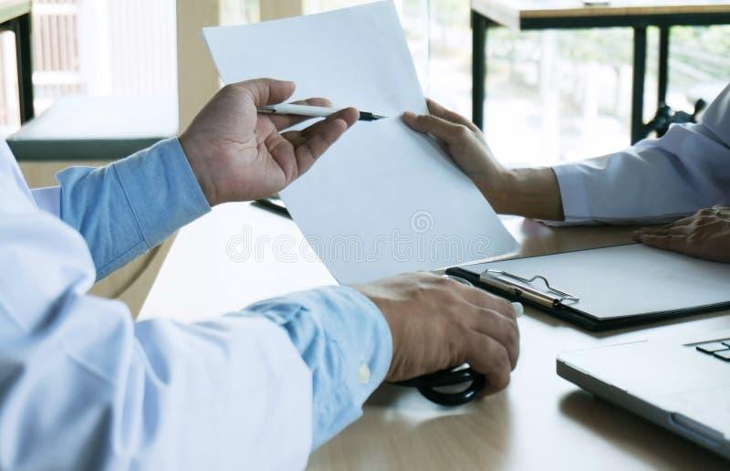 关闭采取笔记或专业medi的患者和医生 免版税图库摄影