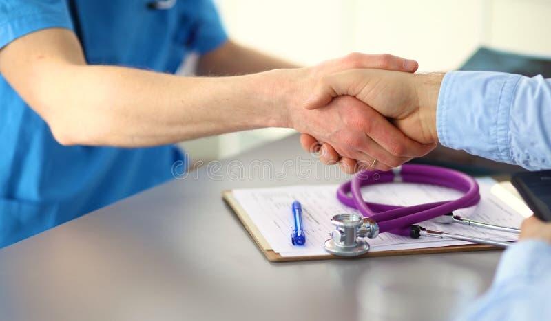 关闭采取笔记的患者和医生 免版税库存图片