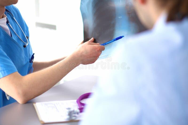 关闭采取笔记的患者和医生 免版税图库摄影