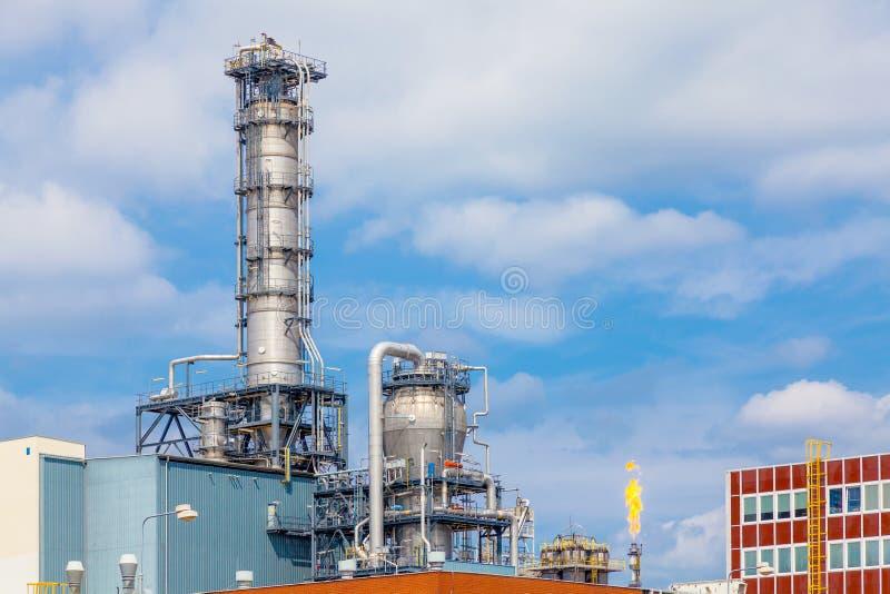 关闭重工业的炼油厂植物外部强的金属结构  免版税库存图片