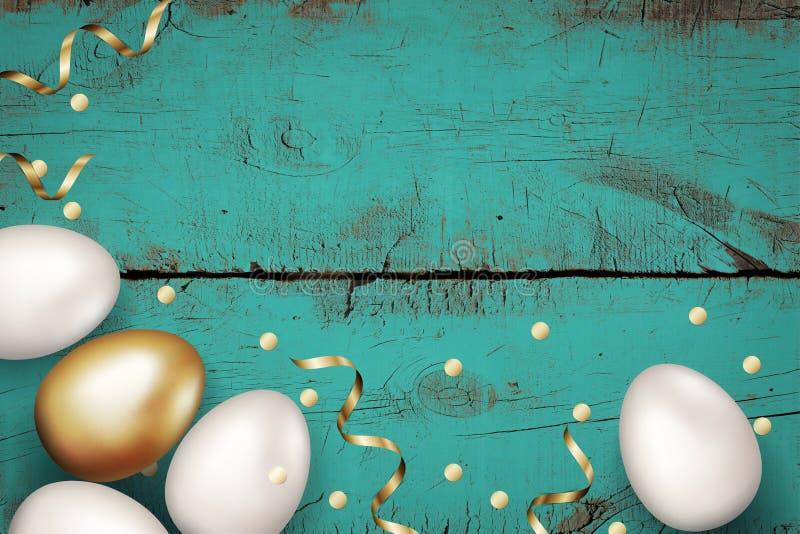 关闭金子和白色复活节彩蛋在被绘的木蓝色背景 土气背景的grunge 复活节彩蛋金黄五彩纸屑 免版税库存照片