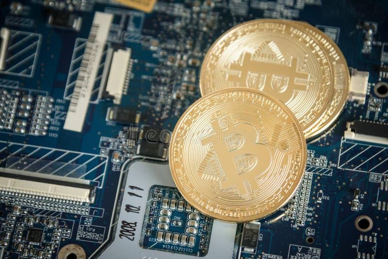 关闭金子在计算机Motherboar上的数字式Cryptocurrency硬币 图库摄影