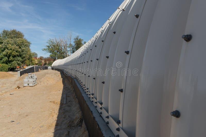 关闭金属隧道细节在铁路隧道工地工作  铁路隧道建筑工地在鲁布林市,波兰 库存照片