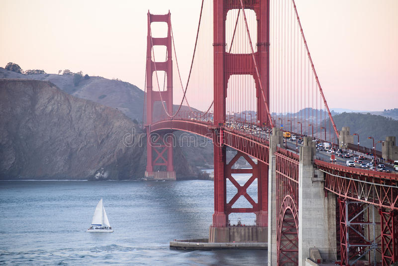 关闭金门桥在旧金山,在海洋的小船 免版税库存照片