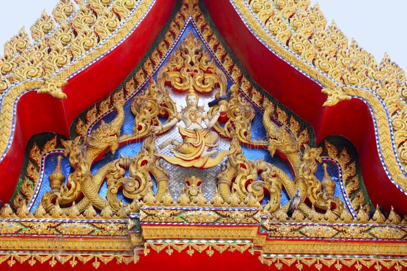 关闭金黄红色雕刻 寺庙美妙地装饰描述菩萨的生活的木雕刻熟悉由Jataka传说 库存照片