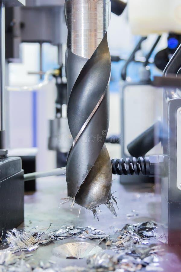 关闭钻子工具运作的钻孔在金属车间 免版税库存图片