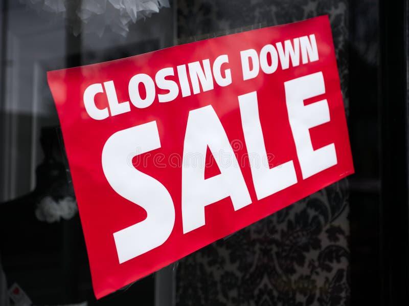 关闭销售签字在商店商店购物中心窗口里 免版税图库摄影