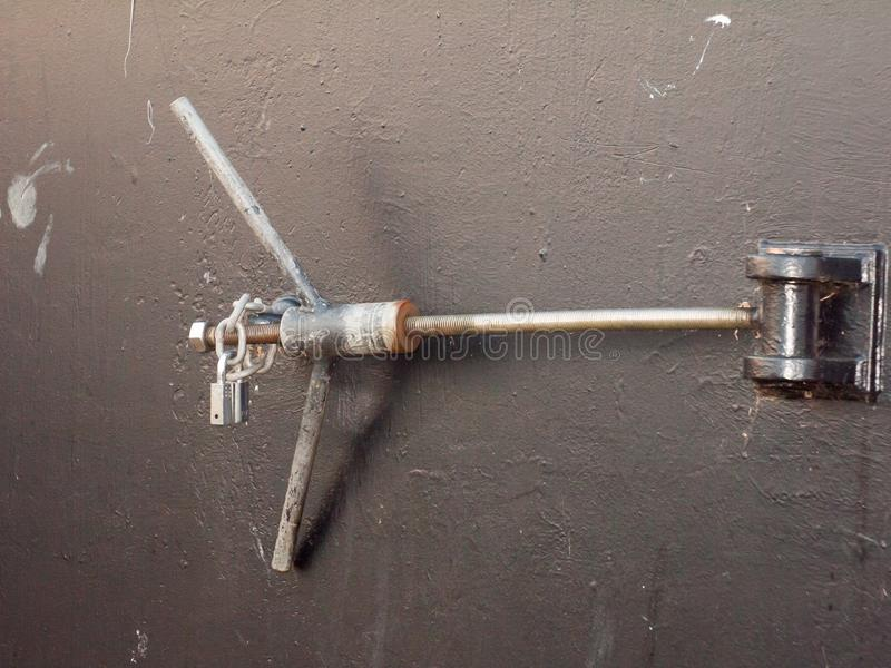 关闭长的金属门锁船坞黑色门 免版税库存照片