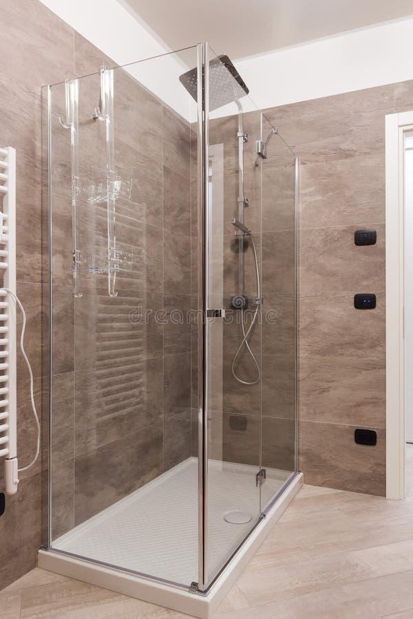 关闭阵雨箱子在卫生间里 免版税库存图片