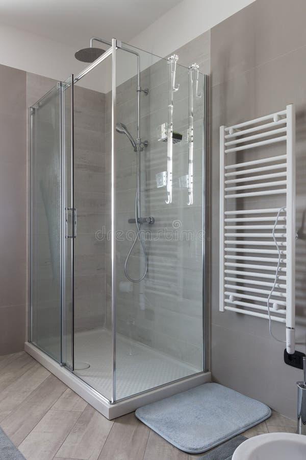 关闭阵雨箱子在卫生间里 库存图片