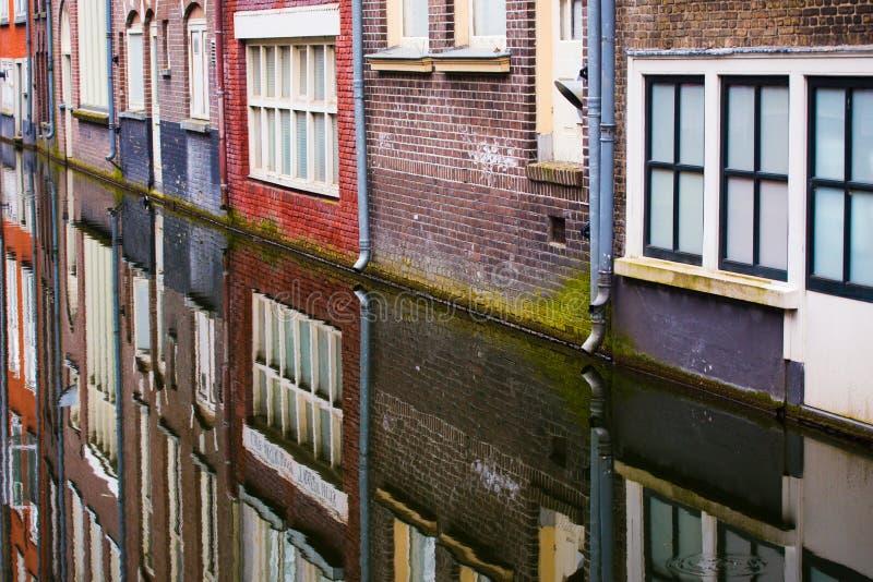 关闭阿姆斯特丹房子和运河看法  免版税图库摄影
