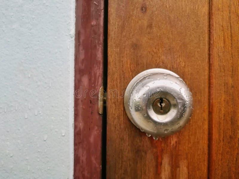 关闭雨珠的图片在门把的 免版税图库摄影