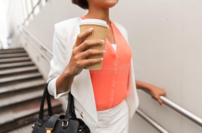 关闭非洲女实业家用咖啡 图库摄影
