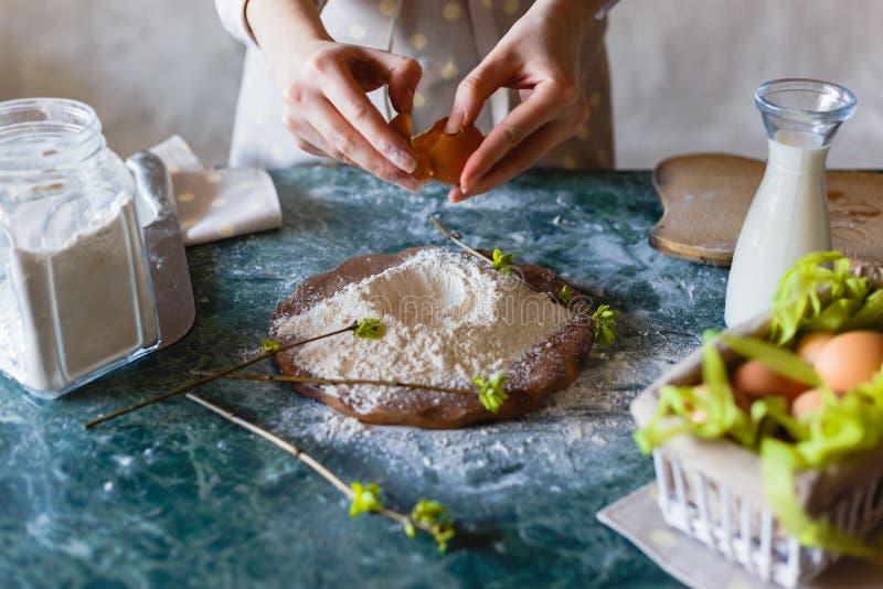 关闭面包师揉的面团看法  自创的面包 准备在木桌上的手面团 递揉的妇女 免版税库存图片