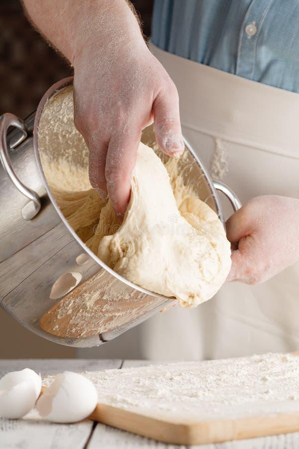 关闭面包师揉的面团看法  自创的面包 前手 库存图片