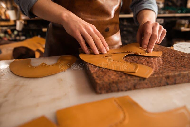 关闭鞋匠测量的皮革 免版税库存照片