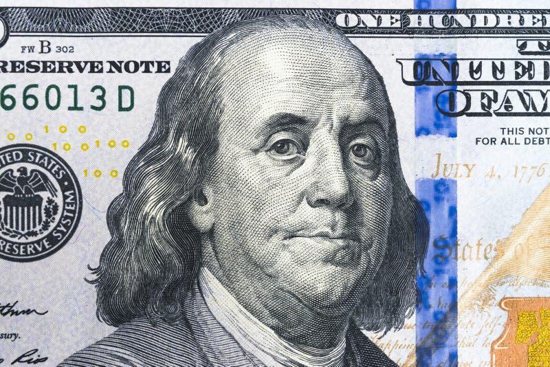 关闭顶上的观点的本杰明・富兰克林面对在100美元票据 美国一百元钞票特写镜头 堆一百 库存照片