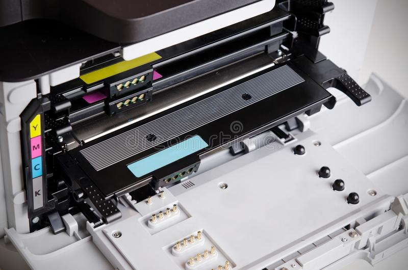 关闭颜色激光打印机墨粉盒 免版税图库摄影