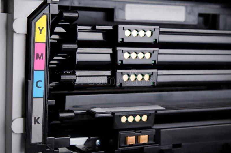 关闭颜色激光打印机墨粉盒 库存图片