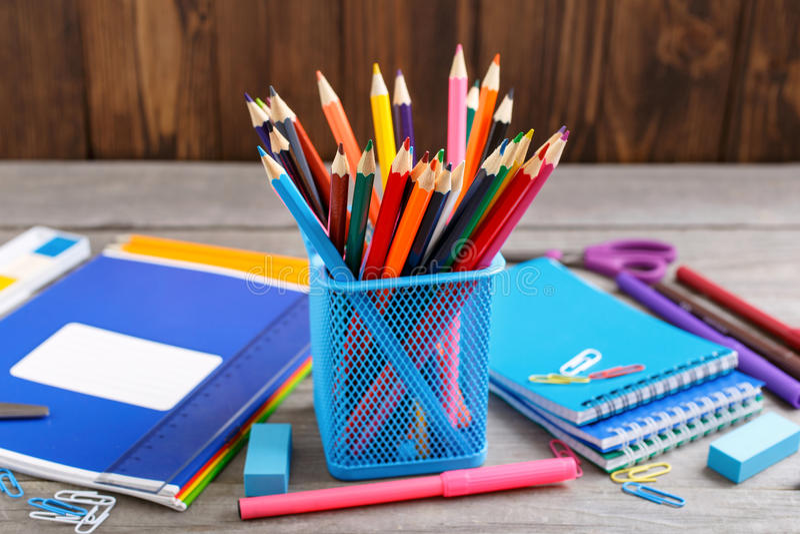 关闭颜色铅笔和学校用品 免版税库存照片