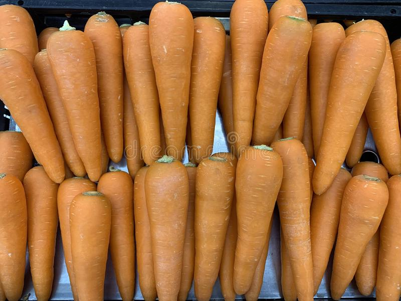 关闭食物背景的有机红萝卜 库存图片